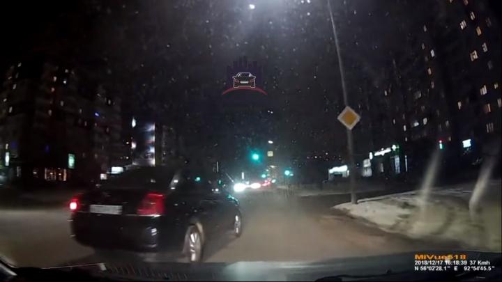 Наглец на «Тойоте» повернул со второго ряда и спровоцировал глупое ДТП на Взлётке