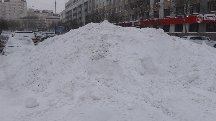 Екатеринбург утонул в сугробах: рассказываем, куда жаловаться на неубранный снег