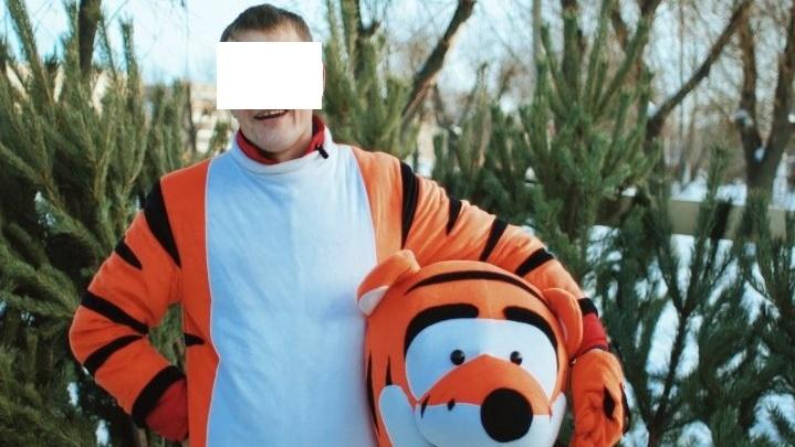 «Работал, не покладая лап»: южноуральского должника по алиментам нашли на рынке в костюме тигра