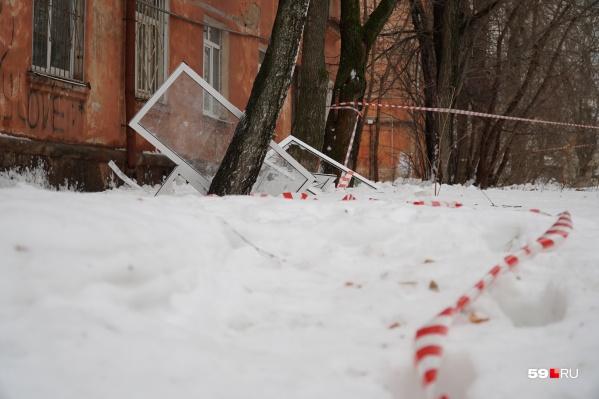У дома валяются части сорванных снегом балконов
