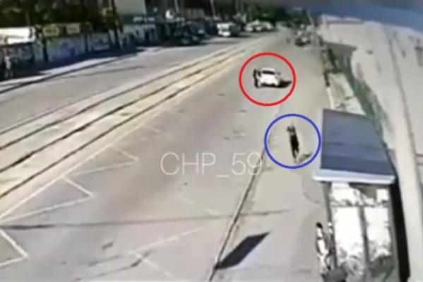 На скриншоте видны убегающий таксист и автомобиль, из которого выходит преступник