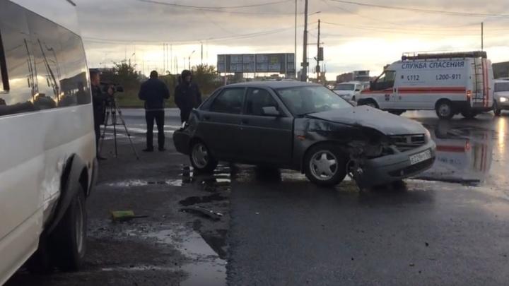 «Приора» влетела в маршрутку: в ДТП под Тольятти серьезно пострадал пассажир «Лады»