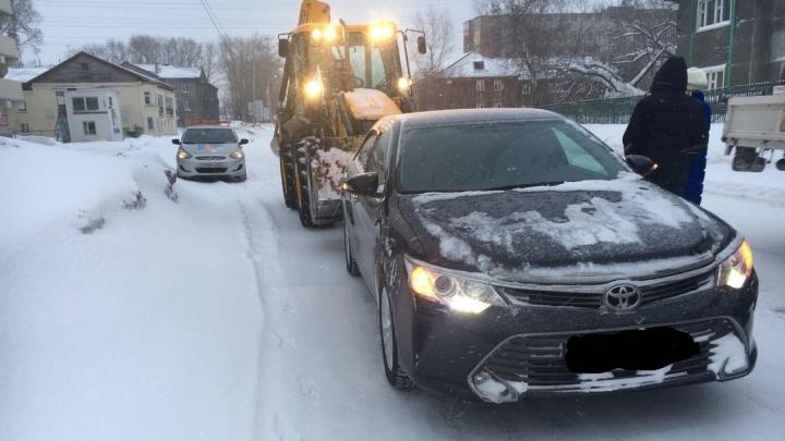 Экскаватор ударил «Тойоту» в Дзержинском районе