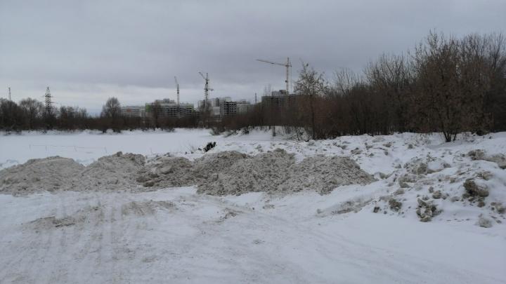 В Перми снег с городских улиц выкидывают в речку Мулянку