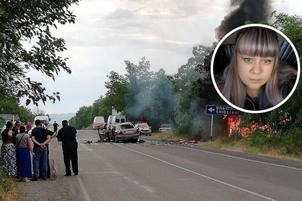 Елена чудом вытащила двоих детей из горящей машины