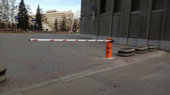 У мэрии Красноярска запретили парковку. Площадь отдают для прогулок пешеходов и проезда чиновников