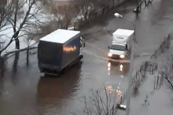 Машины вынуждены проезжать по огромной луже