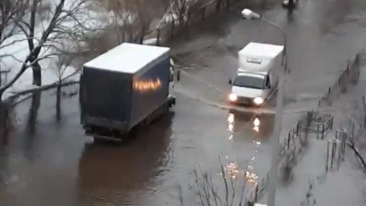 В Перми из-за аварии на водопроводе затопило проспект Парковый. Видео
