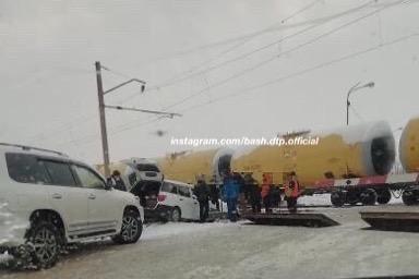 В Уфе легковушка попала в ДТП на железнодорожных путях