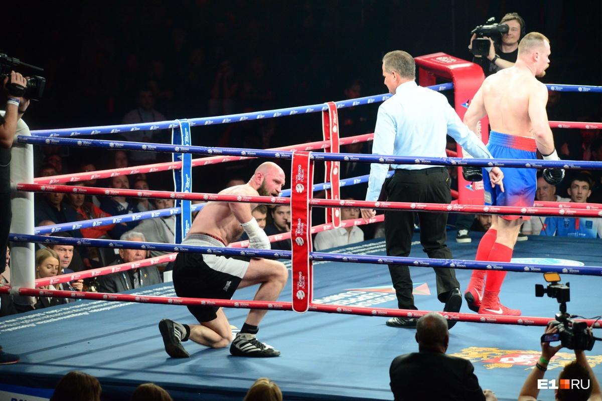 Егоров дважды отправил соперника в нокдаун