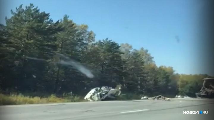 Водитель врезался в стоящий на трассе грузовик