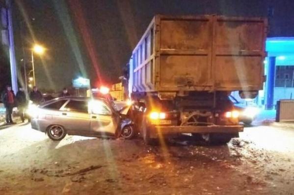 Столкновение легковушки и грузовика было сильным, водительВАЗ погиб на местеот полученных травм
