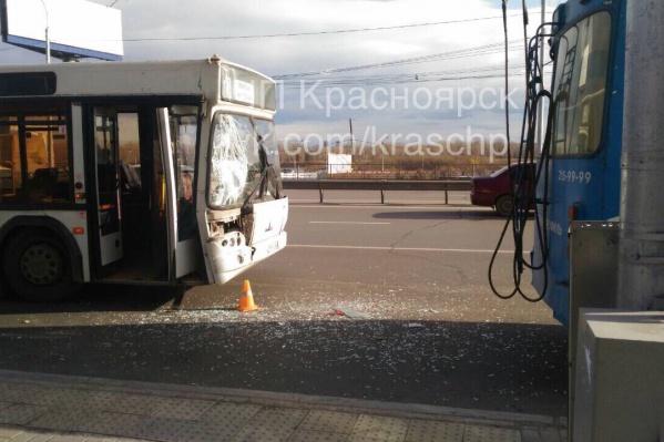 От столкновения автобус пытался уйти с выделенной полосы влево