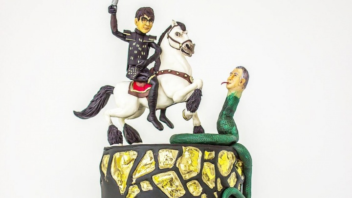 Кондитер из Красноярска сделала торт для Ирины Хакамады. На нем она сражается с Жириновским