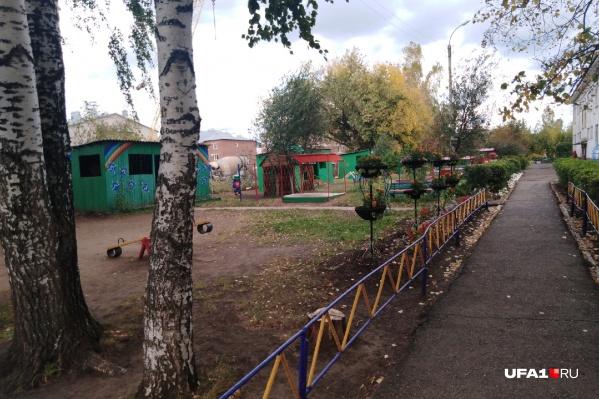 На этой детской площадке Руслан обычно гулял вместе с мамой Альбиной. Последний раз соседи видели их во дворе еще в июле