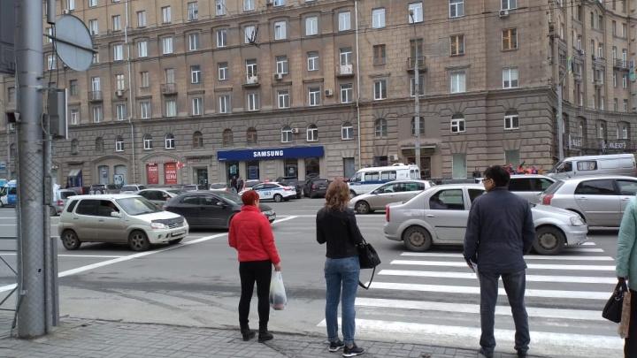 К зданиям на Октябрьской магистрали приехали полицейские