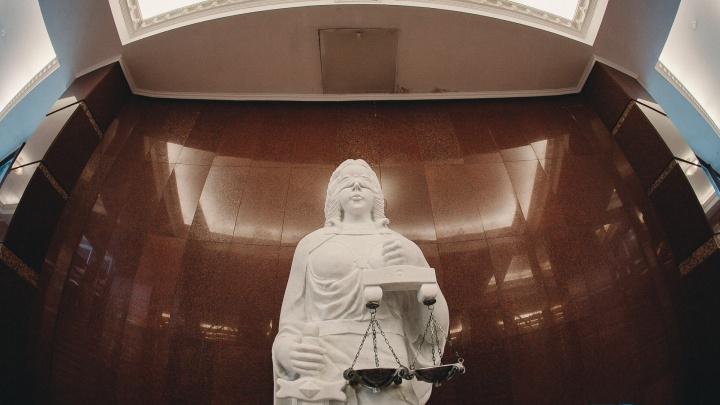 Приставы с помощью суда посадили тюменца-взяточника, который не хотел выплачивать штраф