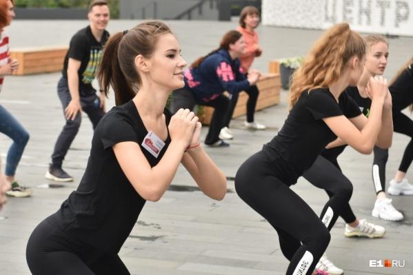 Зарядка финалисток конкурса «Мисс Екатеринбург» с легкоатлеткойОлесей Красномовец