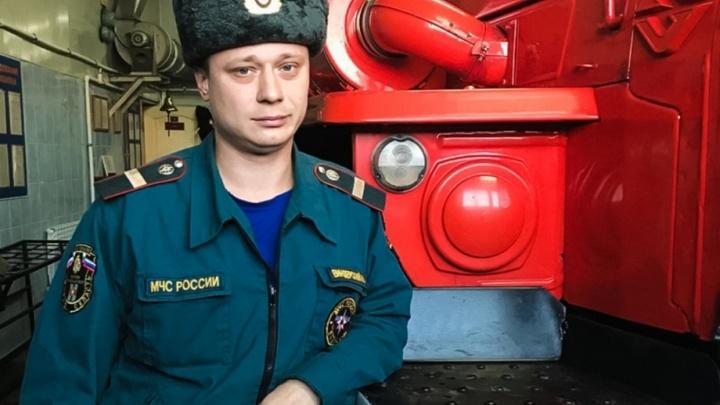 Омский пожарный забрался по штурмовой лестнице на девятый этаж, чтобы спасти двухлетнюю девочку