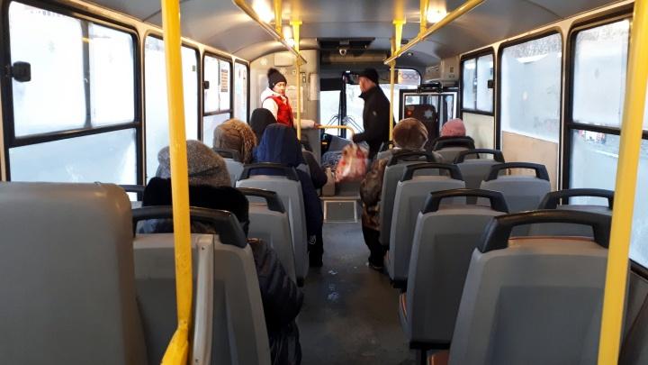 У омичей в автобусах перестали читаться транспортные карты