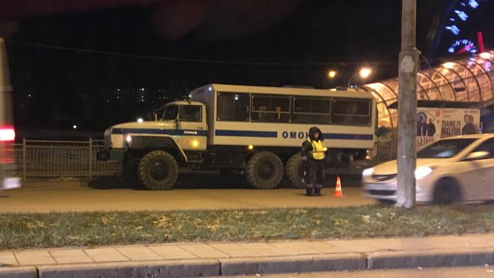 В Екатеринбурге полиция и ОМОН в масках останавливали машины