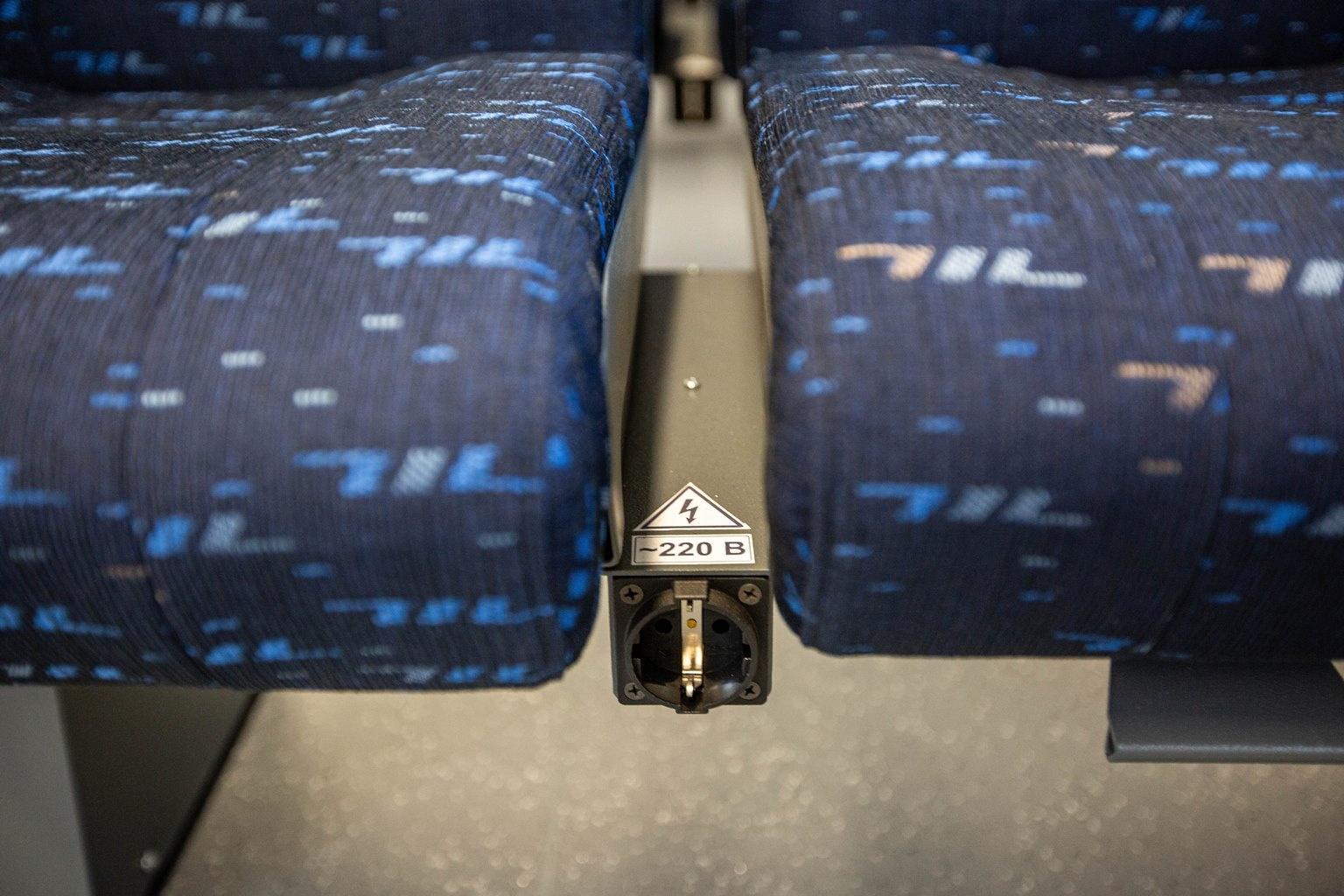 У каждого места есть и розетка на 220 вольт, а в салоне предусмотрен Wi-Fi и кондиционер. Вообще, специальные климатические установки есть по всему поезду, в том числе обогрев окон в холодные времена года
