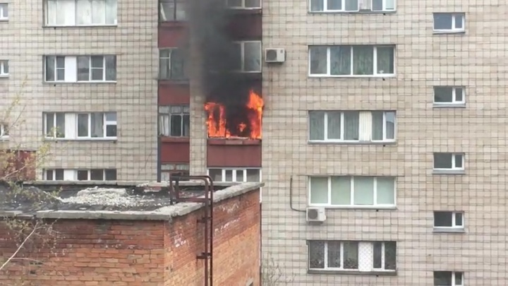 Видео: пламя объяло балкон в одном из домов на Кропоткина