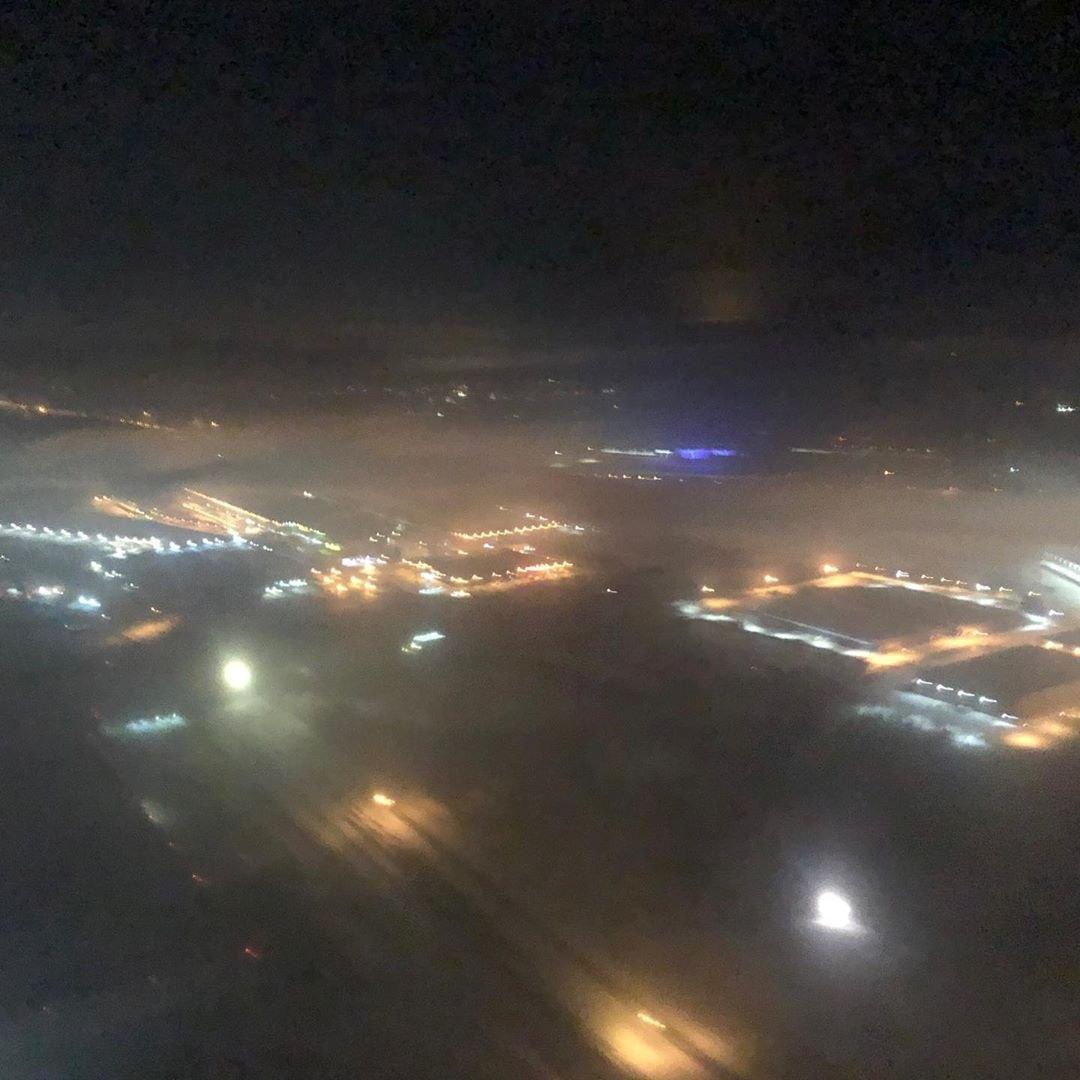 Это фото было сделано в ту самую ночь из кабины пилота, пока самолет кружил над Екатеринбургом