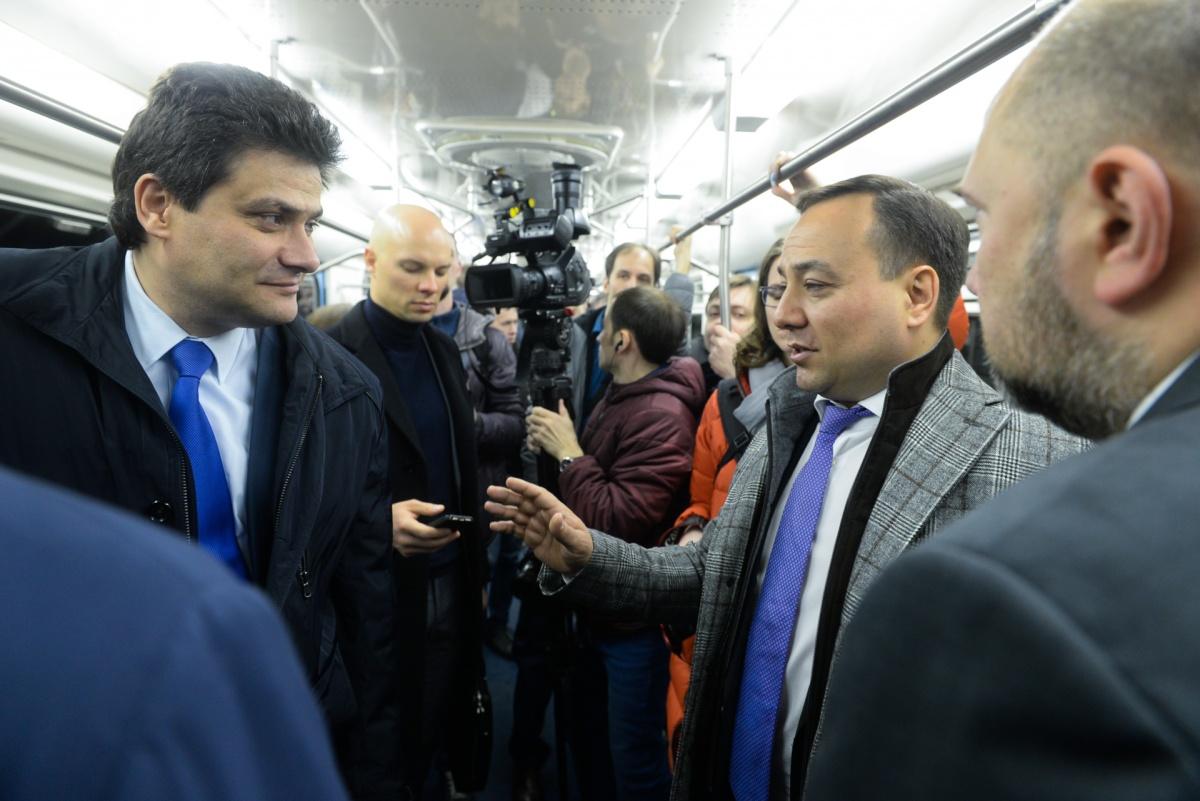 Первыми пассажирами нового состава стали представители городских властей, метрополитена и журналисты