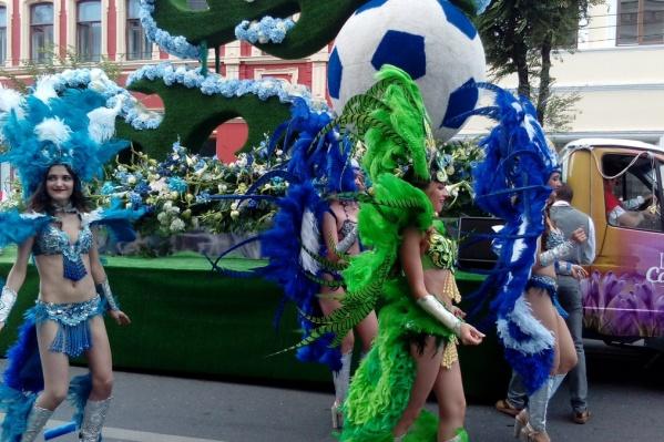 Карнавальное шествие по улице Куйбышева получилось по-настоящему красочным