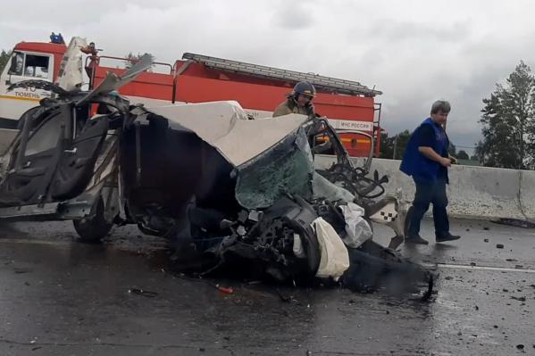 Водитель легковушки, говорят в ГИБДД, скончался на месте происшествия