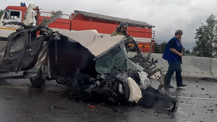 На тюменской объездной в ДТП погиб 21-летний водитель: машина врезалась в отбойник