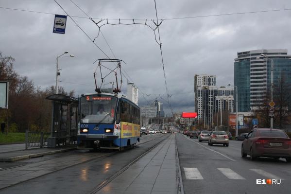 Утром 14 октября после многомесячного перерыва по улице Челюскинцев вновь поехали трамваи