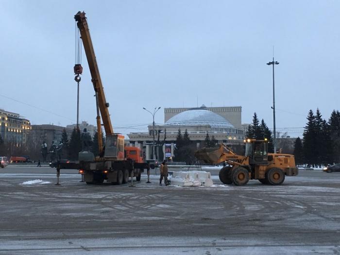 Рабочие выгружали на парковку бетонные ограждения