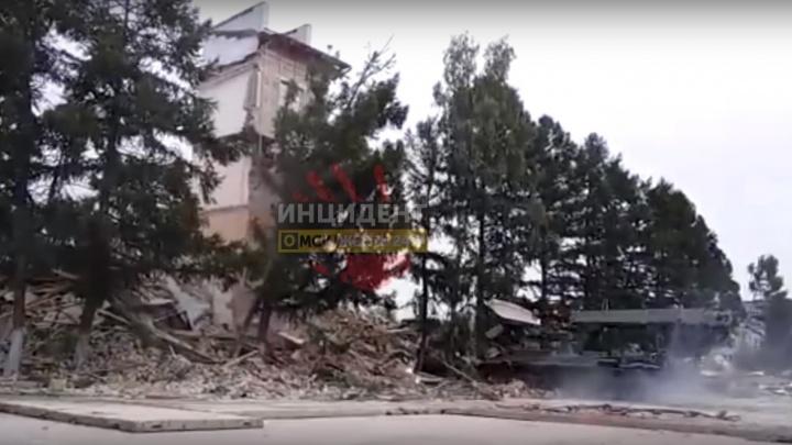 В омском танковом институте на бронемашину обрушились остатки старого здания