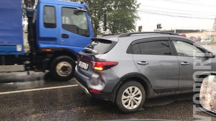 Играл в шашки на дороге: появилось видео аварии внедорожника с маршруткой в Ярославле