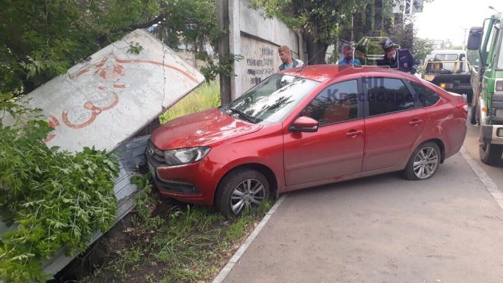 Пьяный водитель «Гранты» после столкновения с эвакуатором по Телевизорной врезался в бетонный забор