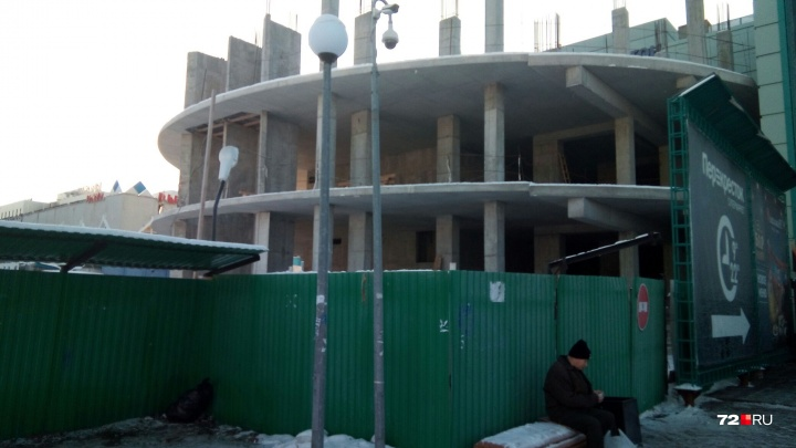 Строительство 25-этажного бизнес-центра у ЦУМа остановили из-за нехватки парковочных мест
