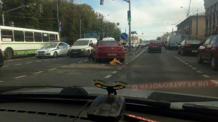 В Ярославле такси столкнулось с легковушкой: на Московском проспекте гигантская пробка