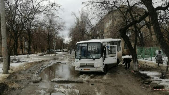 «Вытягивали на металлическом тросе»: на убитой дороге Волгограда застрял автобус