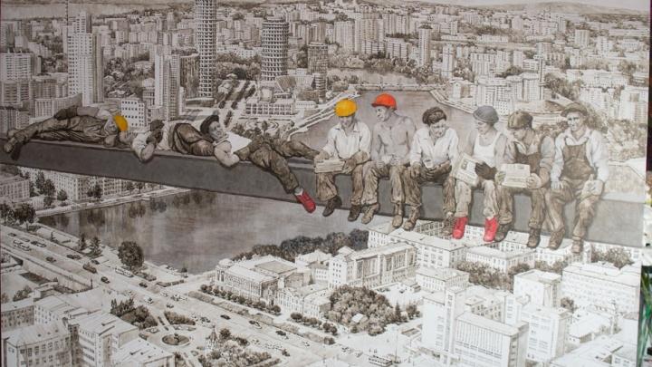 Строители над городом: художница соединила на двухметровой картинеЕкатеринбург и Нью-Йорк