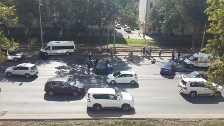 «Машина задымилась от удара»: массовое ДТП парализовало Ново-Садовую