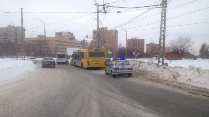 Скрылся с места ДТП: в Тольятти полицейские ищут водителя, который спровоцировал аварию с автобусом