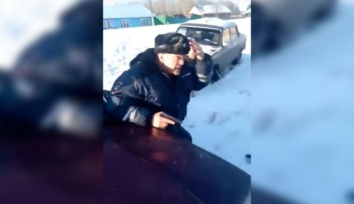Парня с трубой из видео «ментовский беспредел» обвинили в оскорблении инспектора и возбудили дело
