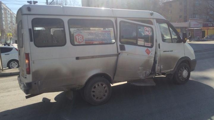 Девушку на «Тойоте» ослепило солнце: машина въехала в маршрутку с пассажирами