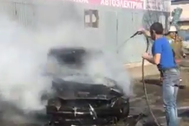 В Зубчаниновке водитель бетономешалки потушил вспыхнувшую легковушку