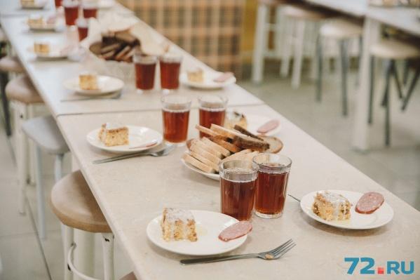Дети и родители жалуются, что школьные обеды плохо приготовлены: еда полусырая и постоянно холодная