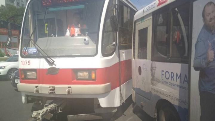 В Самаре трамвай-шаттл S5 столкнулся с автобусом на пересечении Пензенской и Владимирской