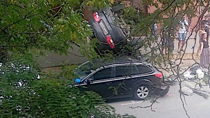 В центре Ростова машина рухнула на крышу другому авто: есть раненые