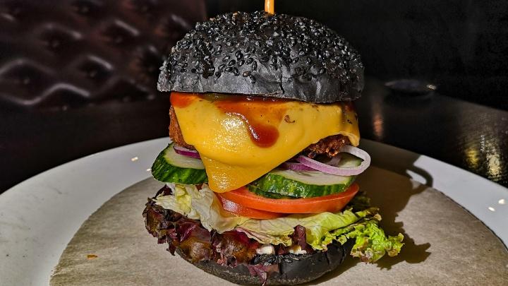 Непонятное мясо с привкусом пластика: пробуем в Уфе «бургер из будущего»